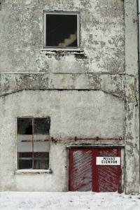 Fabrikken: Ei dør, to vinduer, ei trapp. Hvem har gått inn? Hvem har sett ut? Hvem har gått i trinnene? Den gamle sildoljefabrikken på Bjørn, Bjørn Sildolje- & Kraftfôrfabrikk på Dønna, 070212