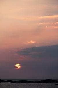 Sola synker mot havet. Træna, litt etter midnatt 12. juli 2015. Foto: Leif Steinholt