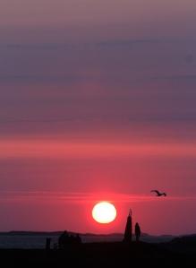 Tidlige solstråler treffer skulpturen, Træna, tidlig morgen 12. juli 2015. Foto: Leif Steinholt