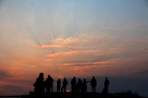 Et glødende slør over himmelen, Træna, litt over midnatt 12. juli. Foto: Leif Steinholt