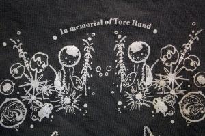 In memorial of Tore Hund. Ordene øverst på denne T-skjorte fra Trænafestivalen ga støtet til en reportasje. Foto: Leif Steinholt